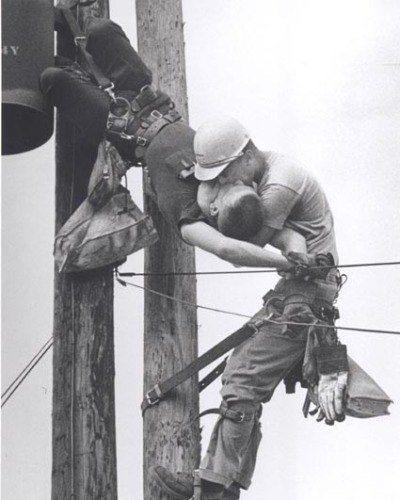 Псковичей просят соблюдать правила электробезопасности в период неблагоприятных природных явлений